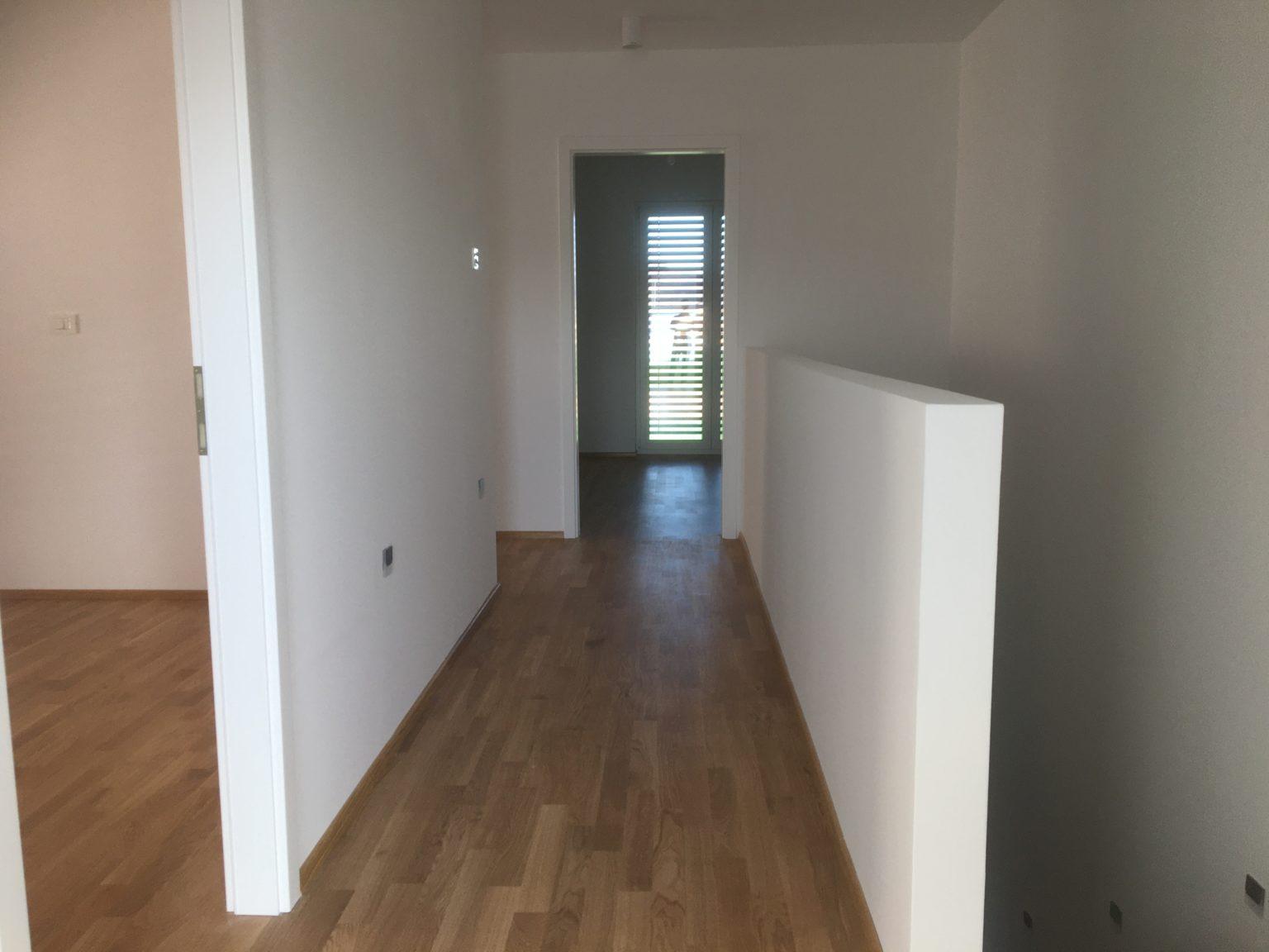 Soseska Brezje - pogled na hodnik v nadstropju