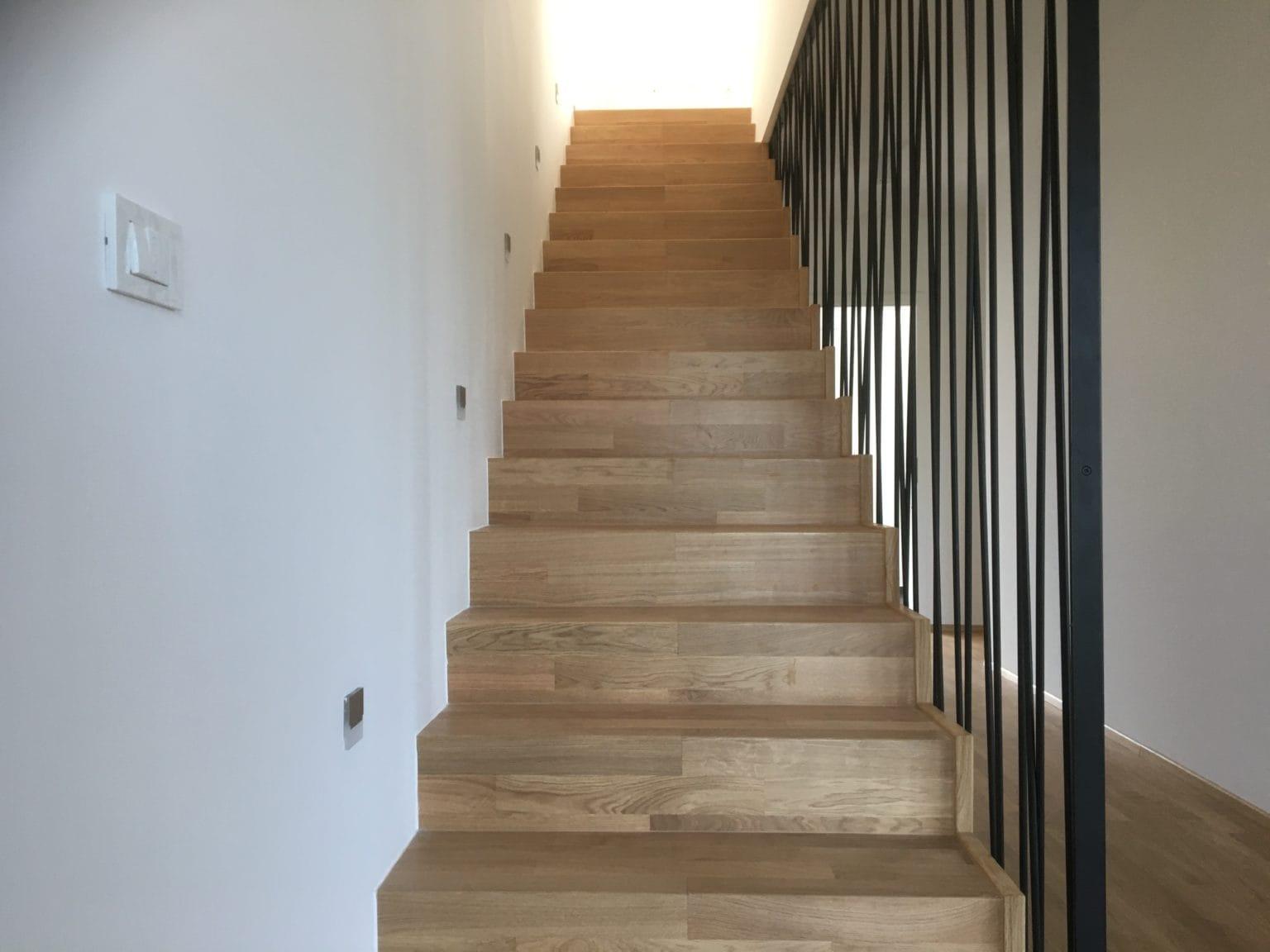Soseska Brezje - stopnice s kovinsko ograjo