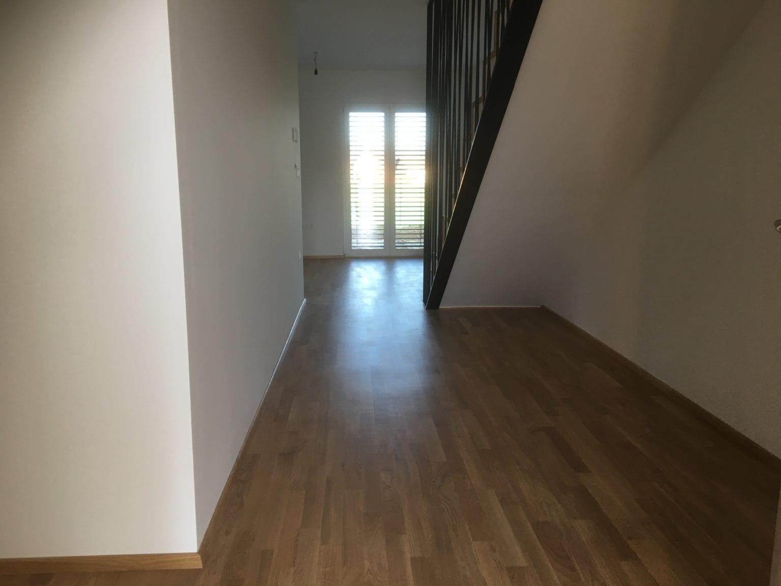 Soseska Brezje - pogled na hodnik pritličje